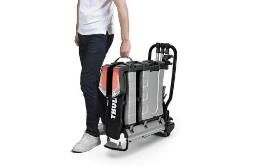 Ergonomisk transport av cykelhållaren med hjälp av de integrerade transporthjulen och bärhandtaget