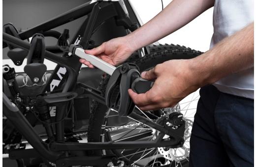 """Enkel lastning av cyklar tack vare löstagbara cykelarmar med låsbara momentbegränsande Thule AcuTight-vred som """"klickar"""" när det optimala vridmomentet har uppnåtts"""