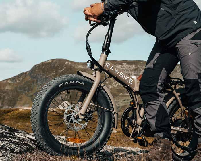 Miljöbild på sandfärgad Rawbike elmoped